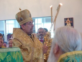 Archbishop Nikon begins Divine Liturgy
